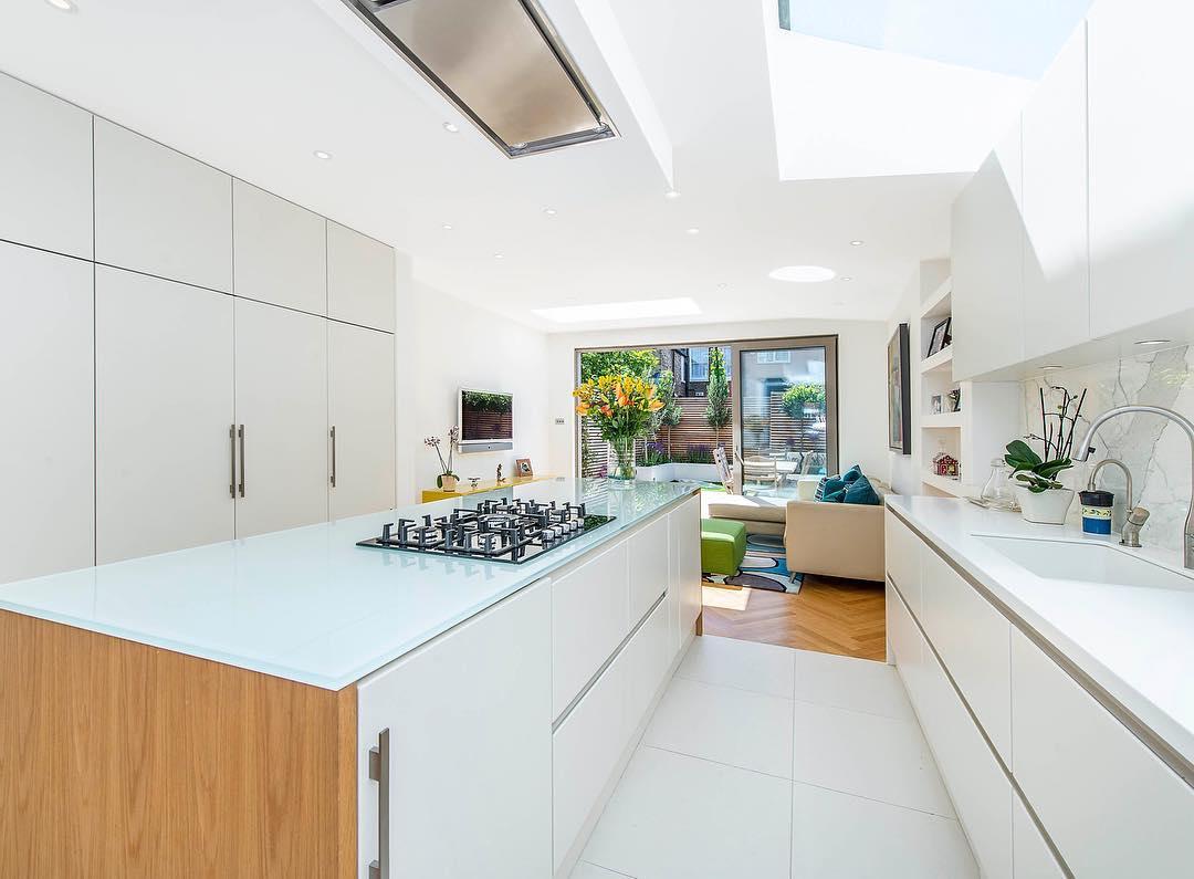 ada-tezgahli-beyaz-renk-modern-ve-minimalist-mutfak-dekorasyonu