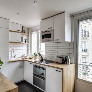 beyaz-renk-dolaplar-ahsah-tezgah-ile-minimalist-mutfak-dekorasyonu