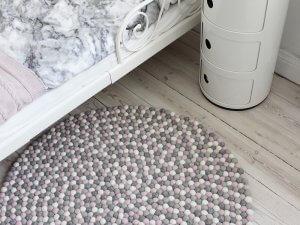 gri-pembe-ve-beyaz-renklerde-yuvarlak-kece-toplarindan-hali-modeli