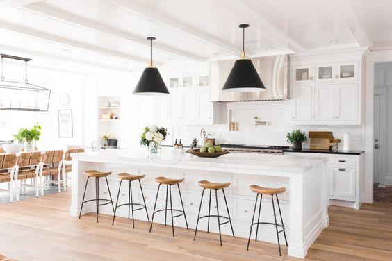 siyah-sarkit-lambalar-ile-mutfak-dekorasyonu