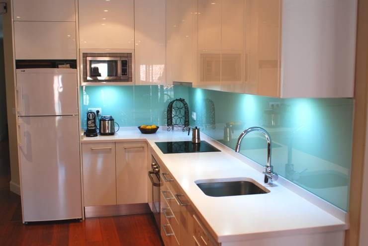 beyaz-mutfak-turkuvaz-tezgah-arkasi-duvar