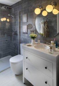 koyu-renk-banyo-duvarlari-ve-beyaz-mutfak