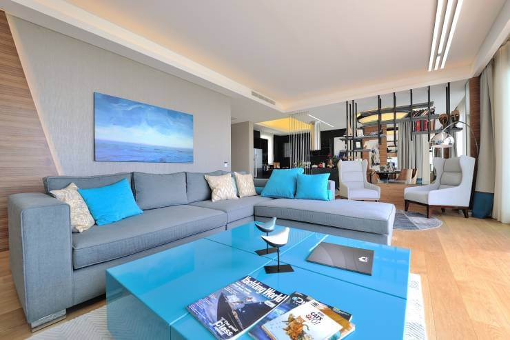 mavi-renk-ev-dekorasyonu-gri-kose-koltuk