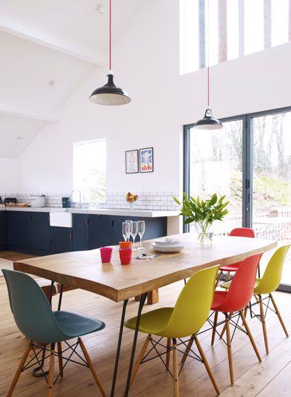 renkli-eames-sandalyeler-ile-mutfak
