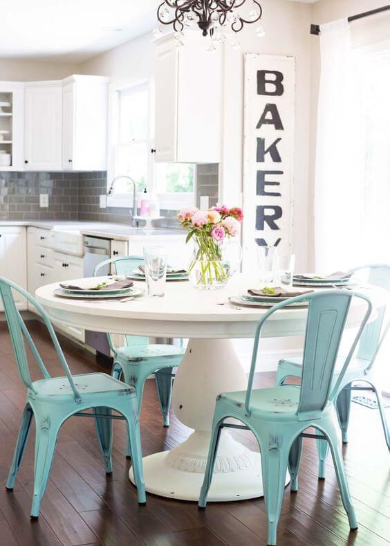 Renkli Metal Sandalye Modelleri ve Dekorasyonu
